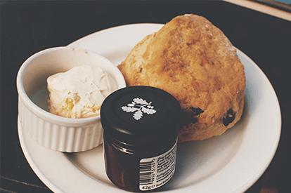 Scones met clotted cream