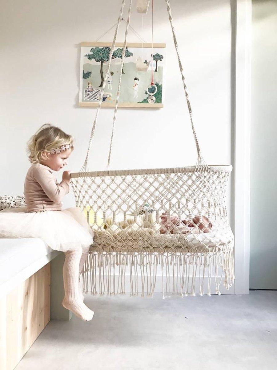 Babybed off white/gebroken wit voor binnen en buiten. Hangstoel / bed geeft rustgevende sfeer